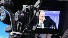 Президент России Владимир Путин на мониторе телекамеры. Архивное фото