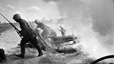 Советские солдаты форсируют водный рубеж. Северо-Западный фронт. Архивное фото