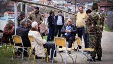 Мужчины в городе Степанакерте Непризнанной Нагорно-Карабахской Республики. Архивное фото