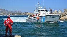 Катер береговой охраны с мигрантами на борту. Архивное фото