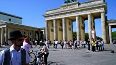 Вид на Бранденбургские ворота с улицы Унтер ден Линден в Берлине. Архивное фото