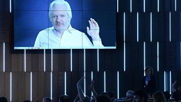 Giornalista, fondatore di WikiLeaks Julian Assange (Australia) che parla dal collegamento video durante la terza sessione del monopolio fine: Century informazioni pubbliche