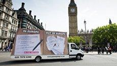 Автомобиль с агитационным баннером на улице Лондона в преддверии референдума. Архивное фото