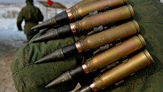 Военнослужащий несет боеприпасы. Архивное фото