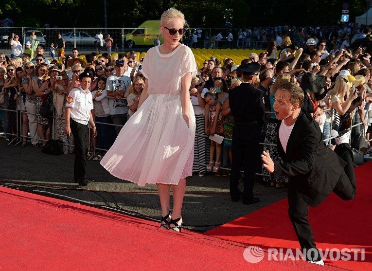 Актеры Северия Янушаускайте и Владимир Мишуков на церемонии закрытия 27-го Открытого российского кинофестиваля Кинотавр