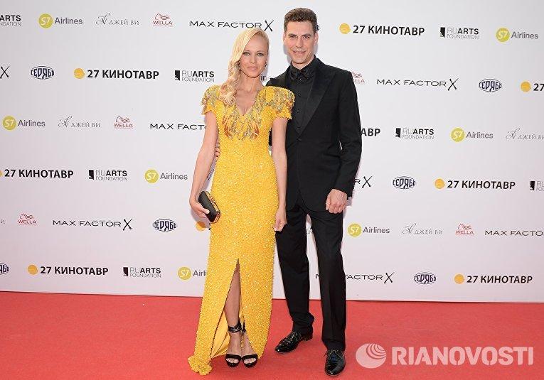 Актер Дмитрий Дюжев с супругой Татьяной на церемонии закрытия 27-го Открытого российского кинофестиваля Кинотавр
