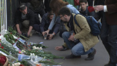 Цветы и свечи у посольства США в Москве в память о жертвах трагедии в Орландо