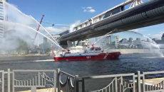 Пожарные корабли и вертолеты тушили загоревшийся пешеходный мост в Москве