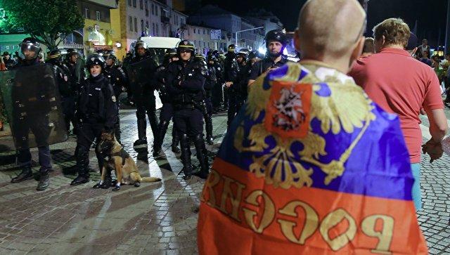 Полицейские на чемпионате Европы по футболу-2016 и российский болельщик. Архивное фото