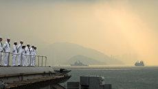 Американские моряки на борту авианосца George Washington в порту Гонконга. Архивное фото