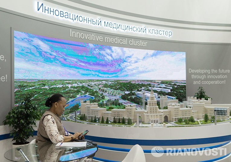 Стенд с макетом архитектурного комплекса в конгрессно-выставочном комплексе ЭкспоФорум перед открытием XX Санкт-Петербургского международного экономического форума