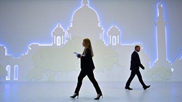 Посетители на выставке, которая проходит в рамках XX Петербургского международного экономического форума