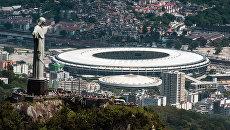 Статуя Христа Искупителя на фоне стадиона Маракана в Рио-де-Жанейро. Архивное фото