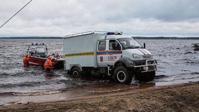 Сотрудники МЧС проводят поисковые работы на озере Сямозеро, на котором в туристическом походе во время шторма погибли дети