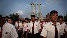 Cтуденты высших учебных заведений Северной Кореи принимают участие в массовых танцах членов партии в Пхеньяне. 19 июня 2016 года