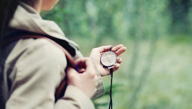Девушка с компасом. Архивное фото