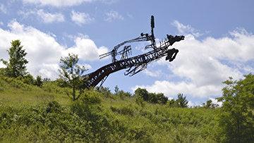 Памятник Первой конной армии ободранный местными жителями. Львовская область
