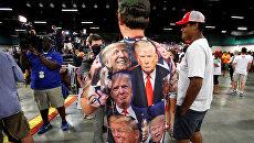 Сторонник кандидата в президенты США Дональда Трампа в футболке с его изображением