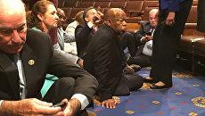 Члены Демократической партии во время сидячего протеста в конгрессе США. 22 июня 2016
