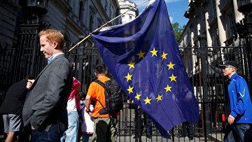 Мужчина с флагом ЕС на улице в Лондоне, Великобритания. 24 июня 2016