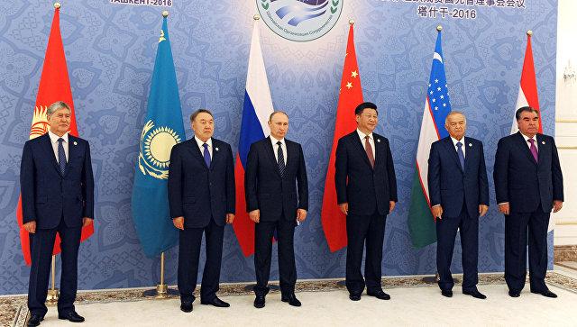 Церемония фотографирования глав государств-членов Шанхайской организации сотрудничества, приуроченной к 15-летию создания ШОС.