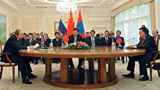 Президент РФ Владимир Путин, председатель КНР Си Цзиньпин и президент Республики Монголия Цахиагийн Элбэгдорж (слева направо) во время встречи в Ташкенте. Архивное фото