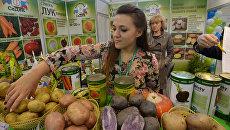 Представители отечественных производителей продуктов агропромышленного комплекса и посетители на выставке. Архивное фото