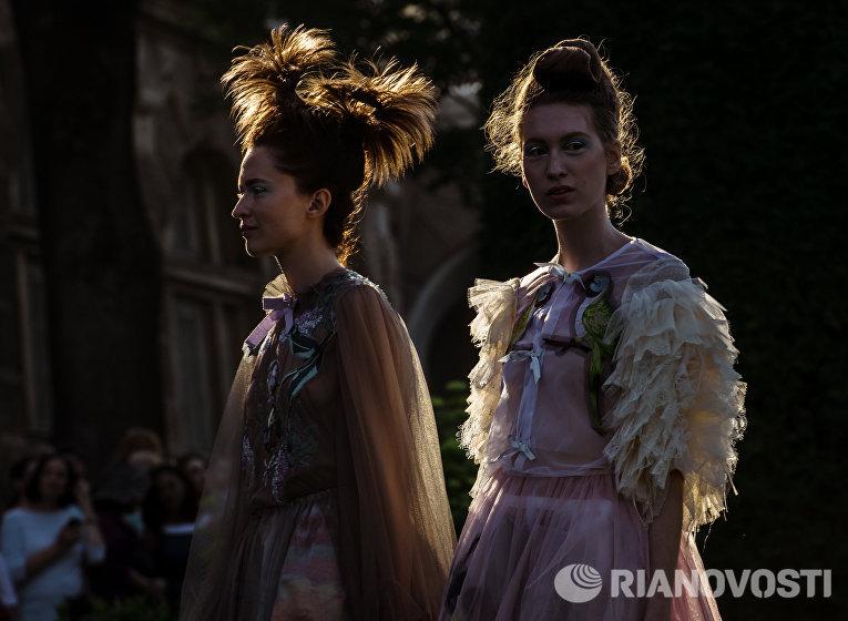 Модели представляют коллекцию Татьяны Парфеновой во время театрализованного шоу-дефиле Царское село. Русский стиль