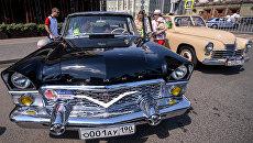 Автомобиль ГАЗ-13 Чайка на старте гонки старинных автомобилей Bosch Moskau Klassik
