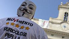 Активист партии Движение 5 звезд у здания парламента Италии