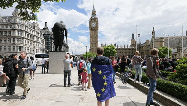 Мужчина с флагом ЕС на Парламентской площади Лондона, Великобритания. 25 июня 2016