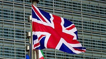 Флаги Великобритании и Евросоюза у главного здания Европарламента в Брюсселе. Архивное фото