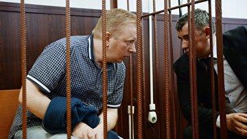 Генеральный директор Российского авторского общества (РАО) Сергей Федотов (слева), подозреваемый в мошенничестве в особо крупном размере, в Таганском суде Москвы