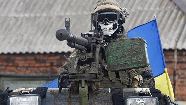 Солдат ВСУ на бронемашине в окрестностях Дебальцево, Украина. Архивное фото