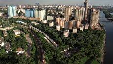 Район Щукино, железнодорожные пути и жилой комплекс Алые Паруса в Москве