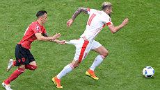 Игрок сборной Албании по футболу Эргюс Каче и игрок сборной Швейцарии Валон Бехрами во время матча на Евро-2016