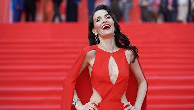 Актриса и певица Наталья Орейро перед началом церемонии закрытия 38-го Московского международного кинофестиваля