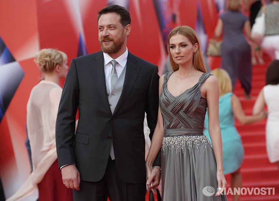 Певица Александра Савельева и актёр Кирилл Сафонов перед началом церемонии закрытия 38-го Московского международного кинофестиваля