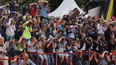 Фотографы снимают гостей 35-го Московского Международного кинофестиваля