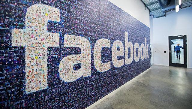 Логотип социальной сети Facebook в дата-центре компании в Швеции. Архивное фото