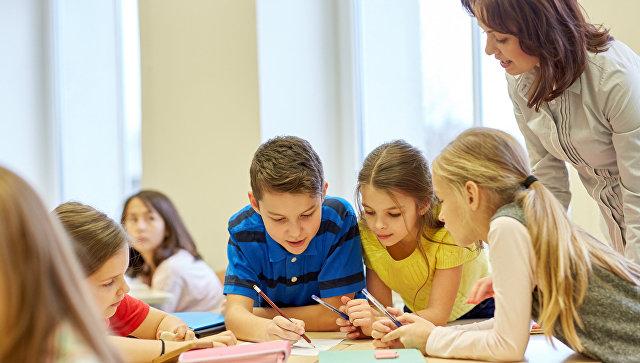 Дети на уроке в школе. Архивное фото