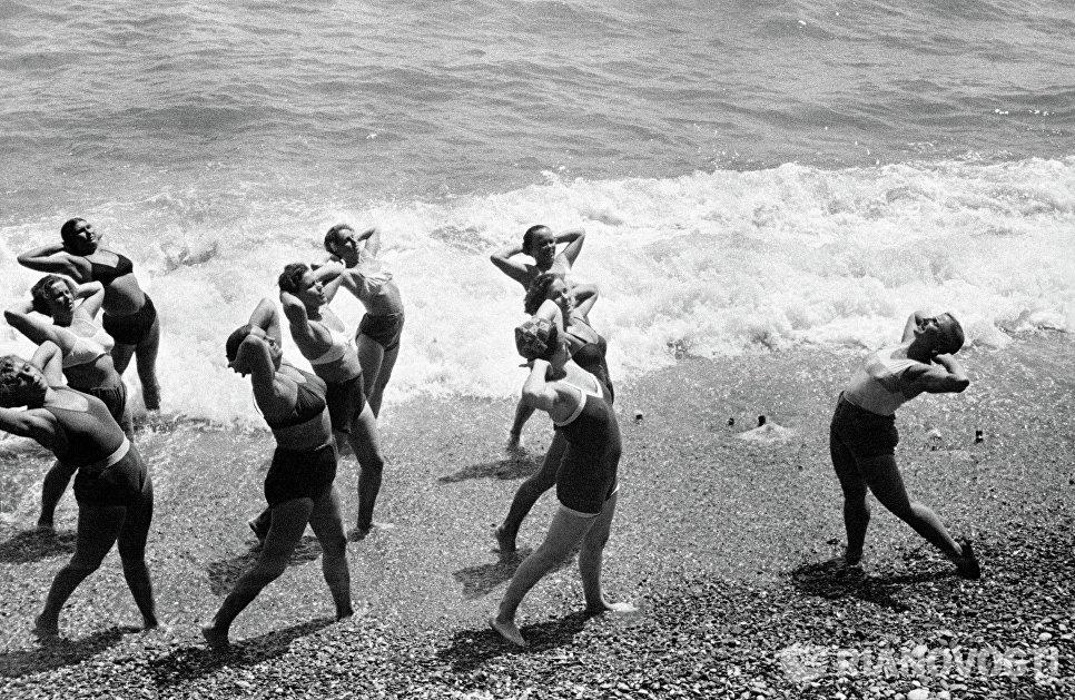 Утренняя зарядка на Черноморском побережье Крыма, 1954 год