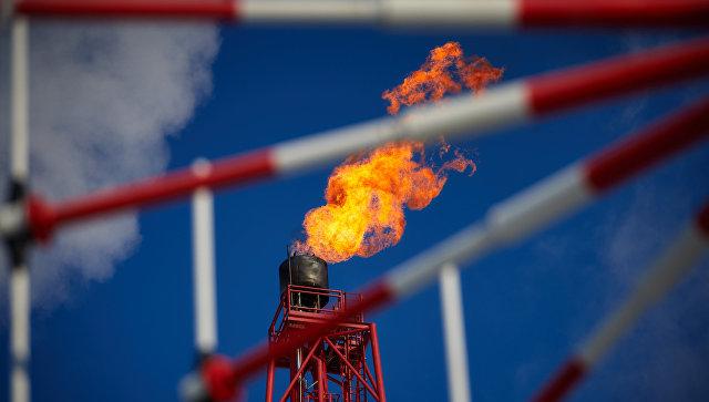 Газовый факел морской нефтеперерабатывающей платформы. Архивное фото
