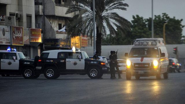 Сотрудники служб безопасности в Саудовской Аравии неподалеку от места взрыва. 4 июля 2016