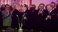 Тройной Брежнев - поцелуи Генсека, вошедшие в историю. Кадры из архива
