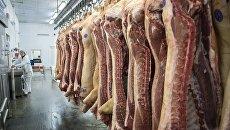 Производство колбасы на мясокомбинате. Архивное фото