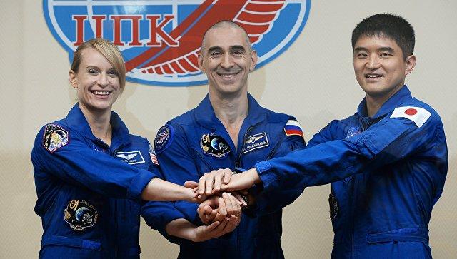 Члены основного экипажа 48/49-й экспедиции на МКС космонавт Роскосмоса Анатолий Иванишин, астронавт ДжАКСА Ониши Такуя и астронавт НАСА Кэтлин Рубинс. 6 июля 2016