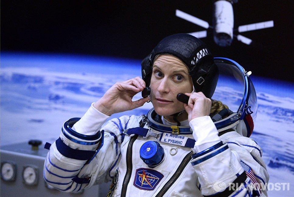 Член основного экипажа 48/49-й экспедиции на Международную космическую станцию астронавт НАСА Кэтлин Рубинс перед пуском ракеты-носителя