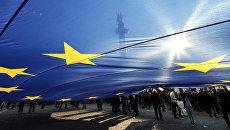Флаг Евросоюза во время митинга в Тбилиси. Архивное фото