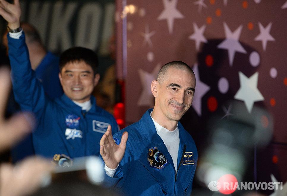 Член основного экипажа 48/49-й экспедиции на Международную космическую станцию космонавт Роскосмоса Анатолий Иванишин перед посадкой в автобус